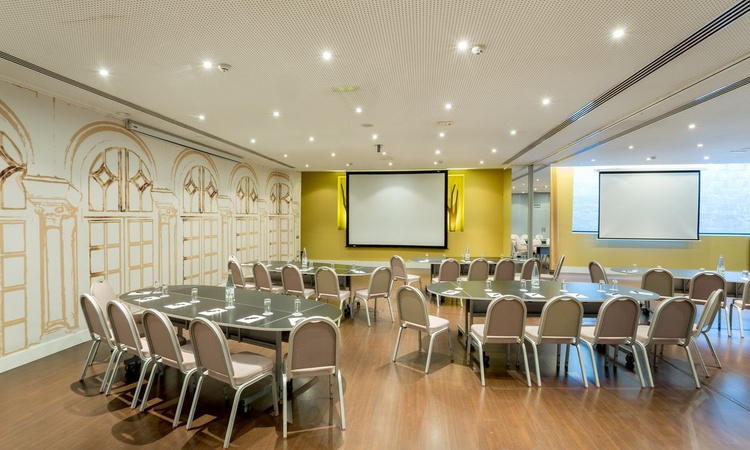 The Rosaleda A meeting room offers you 87 square meters for the celebration of your events in Madrid. This complete and versatile meeting room is equipped with an audiovisual system, free wifi, elegant decoration and a maximum capacity for 90 people. Nuevo Boston Hotel Madrid- Airport