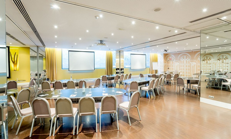 The Rosaleda B meeting room offers you 86 square metres for the celebration of all type of events in Madrid. It has natural light and a maximum capacity for 80 people, audiovisual system, free wifi and a stunning decoration. Nuevo Boston Hotel Madrid- Airport