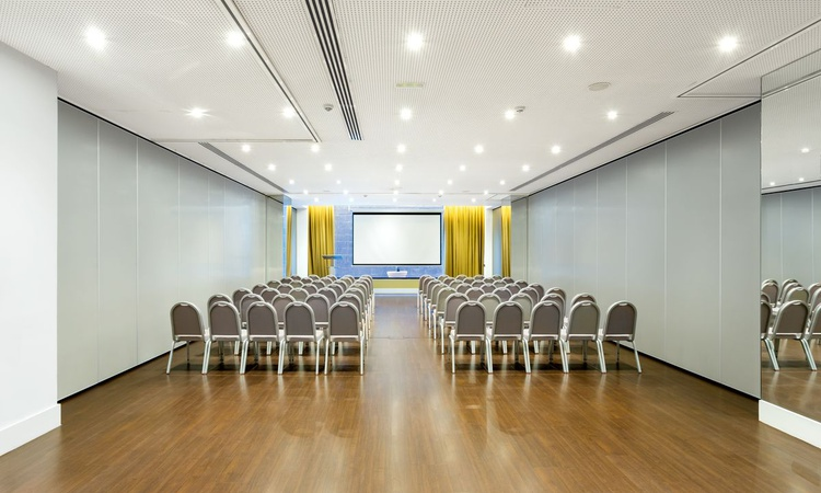 The Botánico B meeting room is the perfect option for a successful event in Madrid. It features 102 square metres of well-cared spaces, exclusive decoration, natural light and a maximum capacity for 100 people. Besides, it offers audiovisual equipment, free wifi and complete furniture. Nuevo Boston Hotel Madrid- Airport