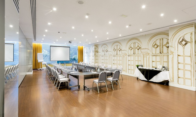 The Botánico A meeting room is a salon for events in Madrid that makes the difference. It has 102 square metres of space, natural light and a maximum capacity for 100 guests, audiovisual equipment, free wifi and functional furniture adapted to your needs. Nuevo Boston Hotel Madrid- Airport