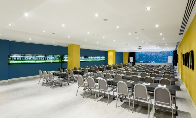 The Alameda meeting room is a 210-square-metre salon with natural light and a maximum capacity for 200 people in the conference layout. The room is equipped with an audiovisual system, free wifi and an exclusive decoration to your liking. Nuevo Boston Hotel Madrid- Airport